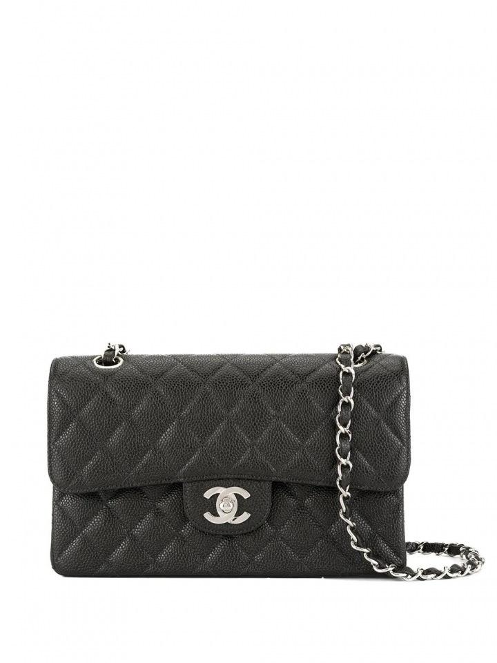 Černá kabelka Chanel.