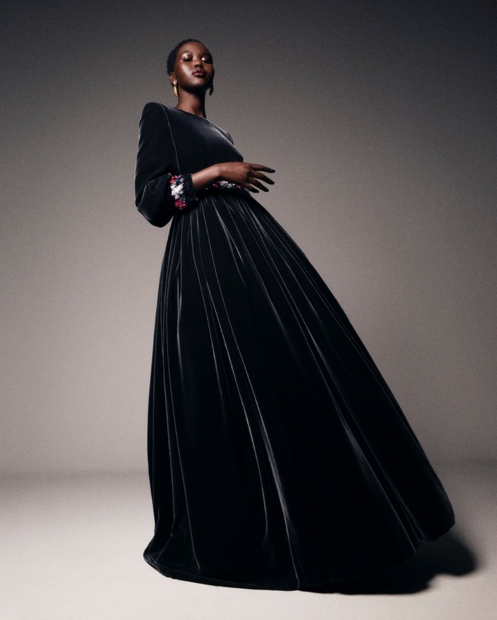 Žena v černých šatech Chanel Haute Couture Fall 2020