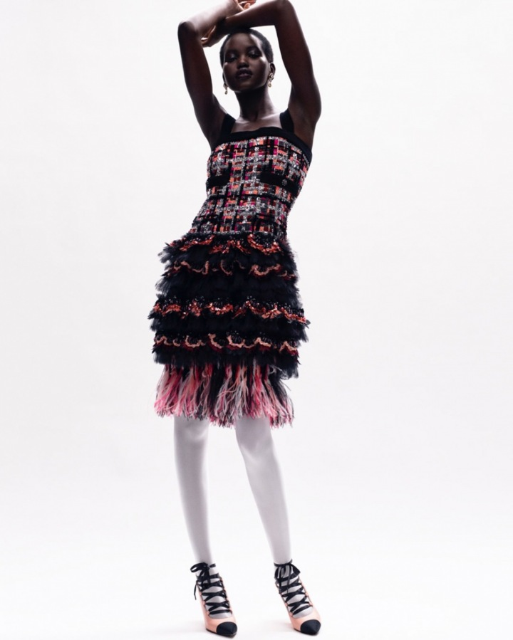 Žena v barevných šatech Chanel Haute Couture Fall 2020