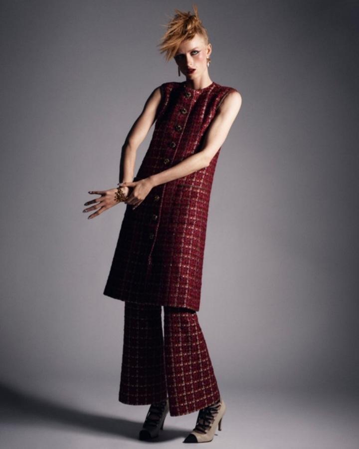 Žena v červeném kostýmku Chanel Haute Couture Fall 2020
