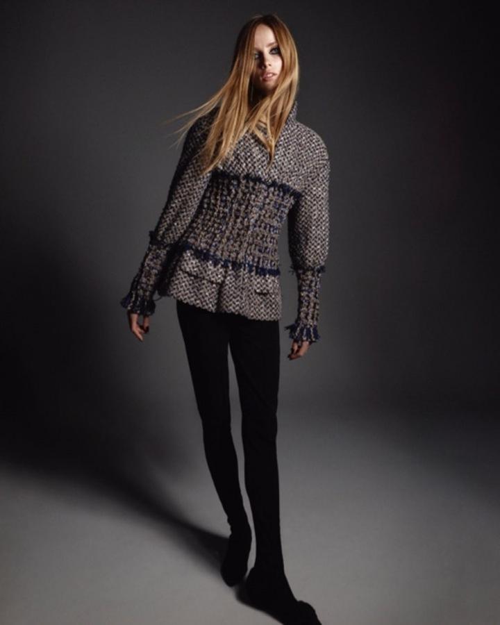 Žena v modelu Chanel Haute Couture Fall 2020