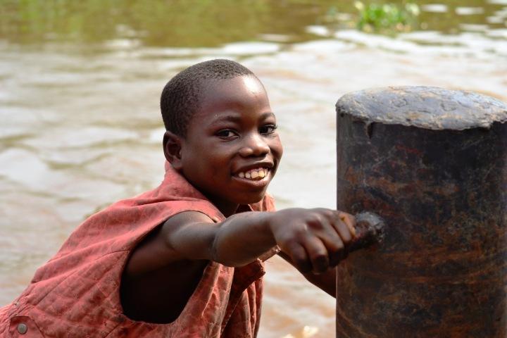 Chlapec u řeky Kongo