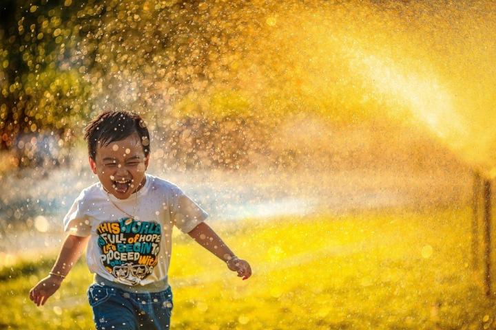 Chlapec se osvěžuje během horkého počasí