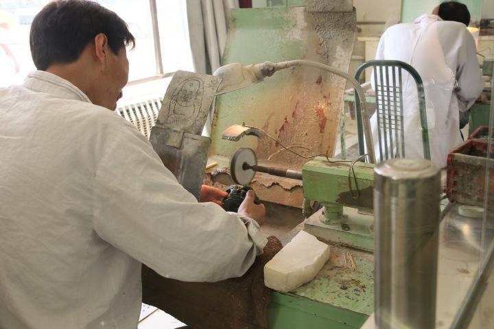 Dělník v čínské továrně