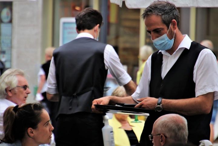 Číšník v kavárně s maskou