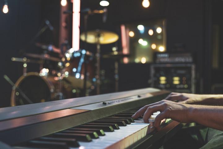 Muž hraje na piano