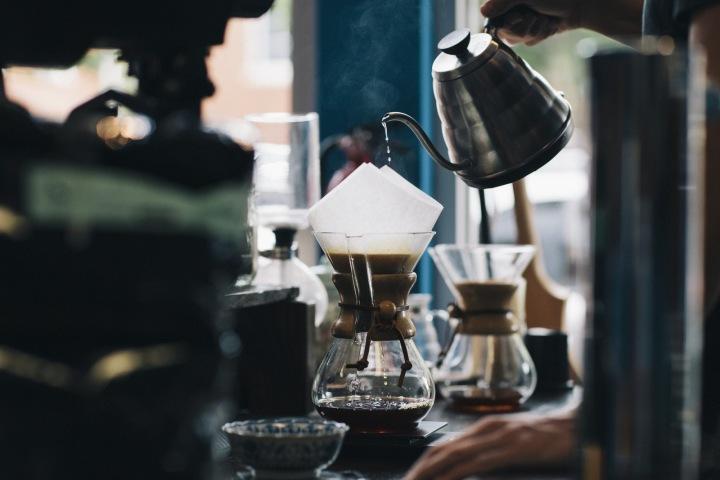 Příprava kávy.