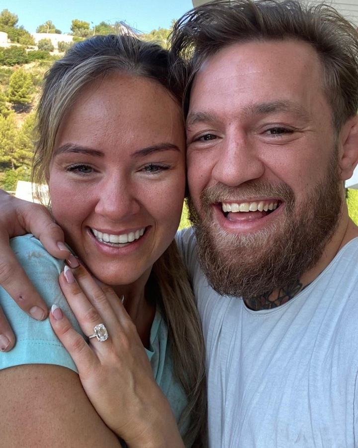 Conor McGregor a Dee Devlin. Na prstu její zásnubní prstýnek.