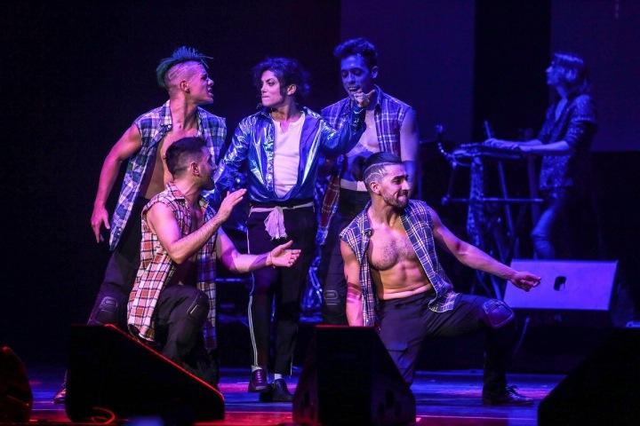 Dvojník Jacksona se svými tanečníky