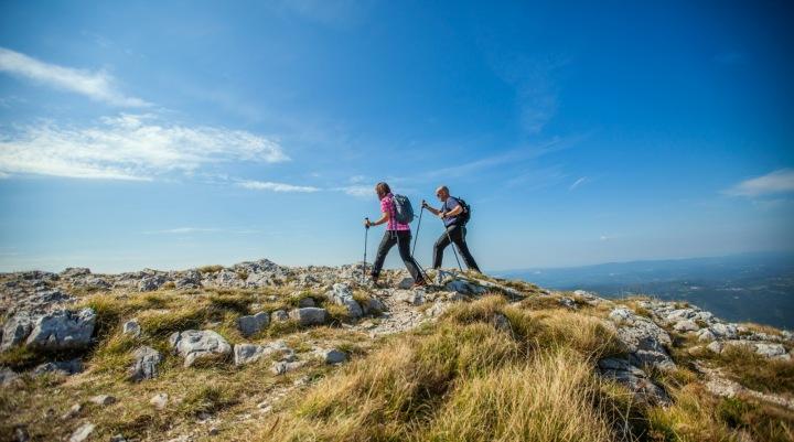 Pár užívající si aktivní dovolenou ve slovinských horách