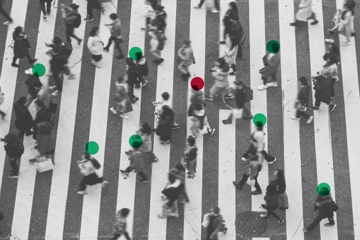 Lidi označeni barvami v davu