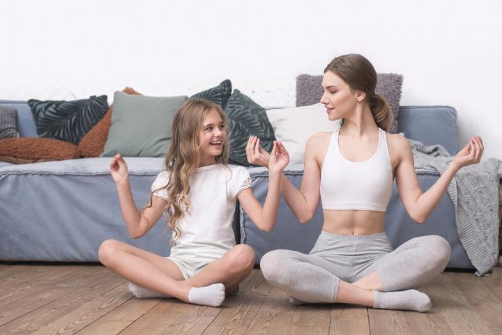 Dívky cvičí jógu.