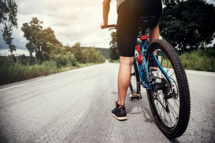 Cyklista se chystá na jízdu po silnici