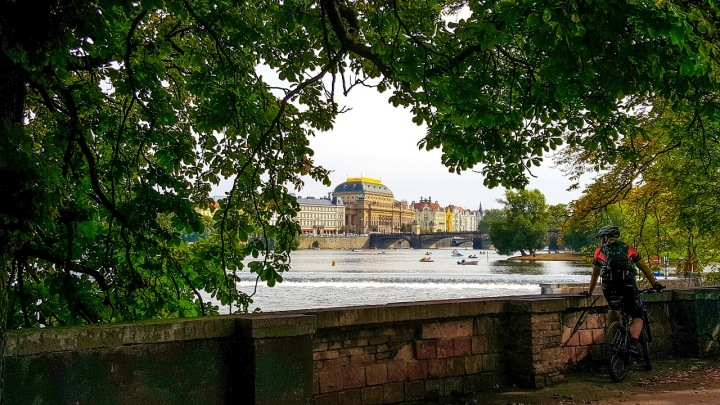 Cyklista v Praze u Vltavy