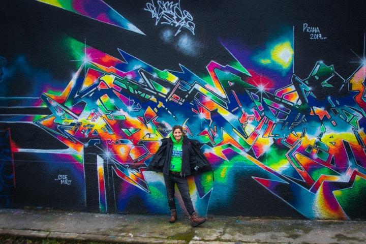 Pravidelně obměňované grafity na zdi v areálu Pragovky