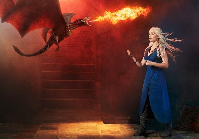 Emilia Clarke na promo fotce k seriálu Game of Thrones