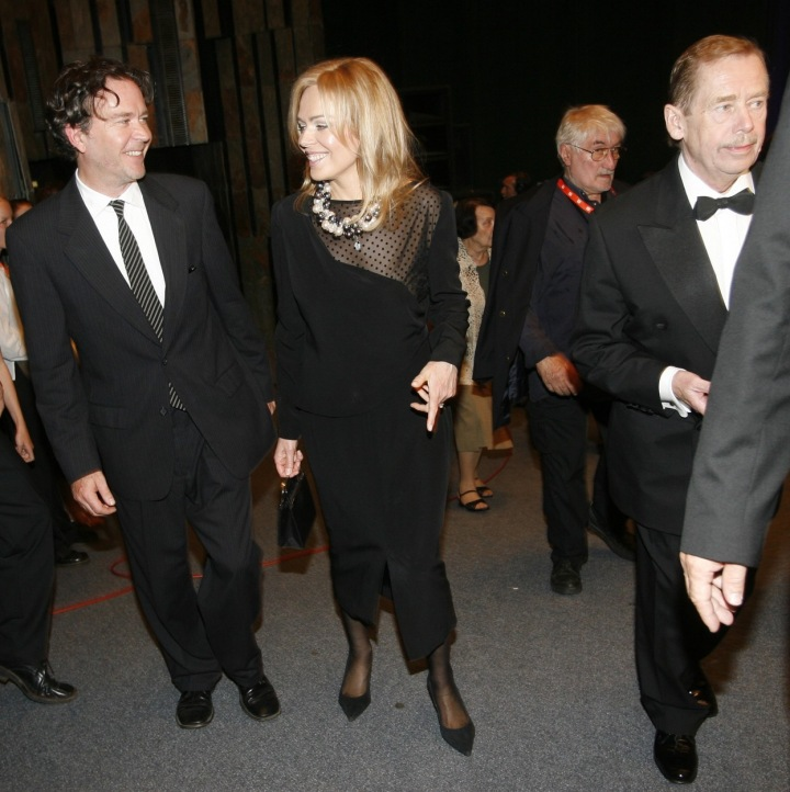 Dagmar Havlová v černých šatech po boku Václava Havla