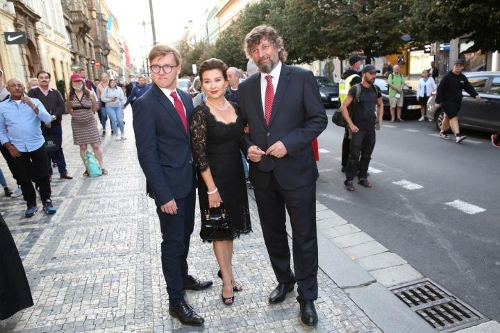 Dana Morávková přišla s manželem a synem.