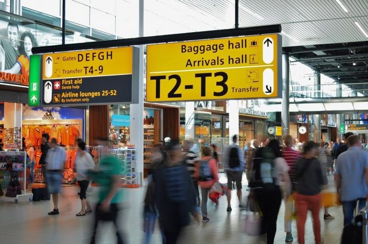 Davy lidí na letišti.