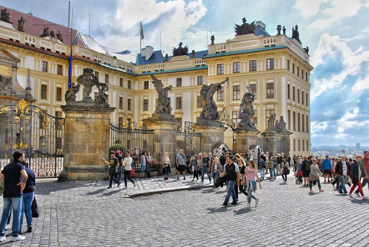 Davy lidí u Pražského hradu.