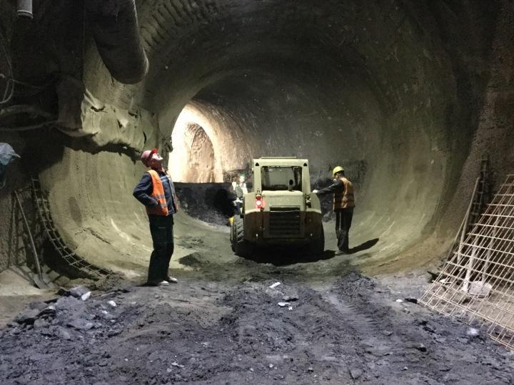 Těžká technika v podzemí.