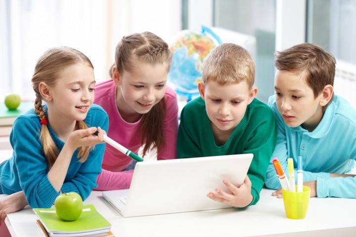 Děti se společně učí.