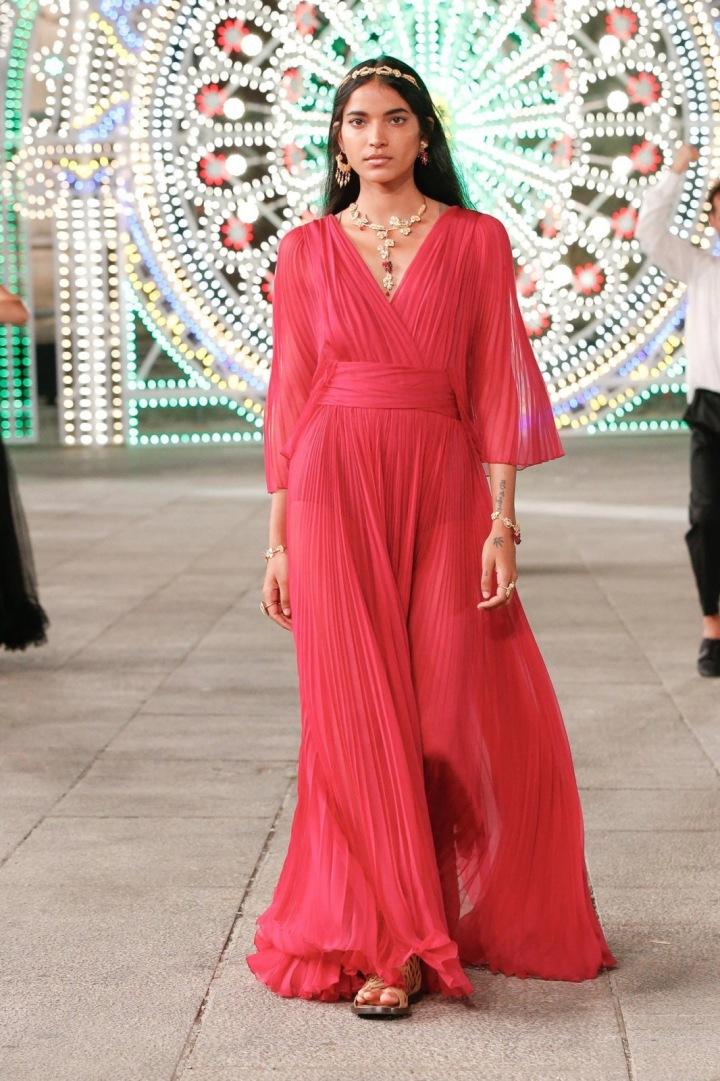 Žena v růžových šatech Dior