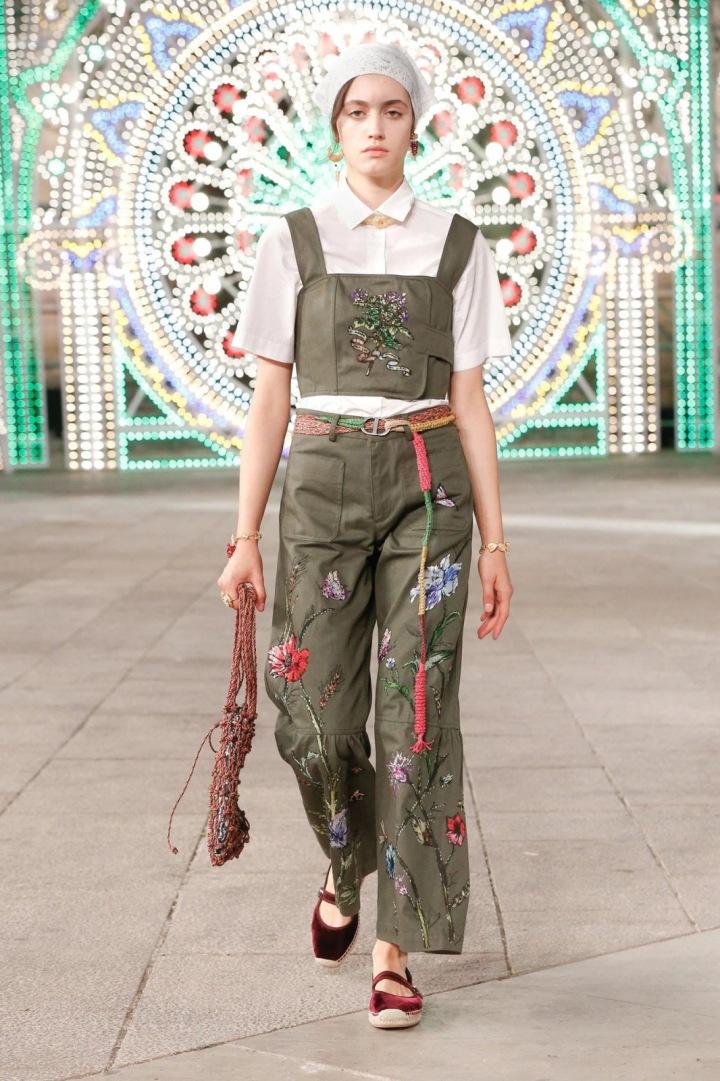 Žena v khaki modelu Dior