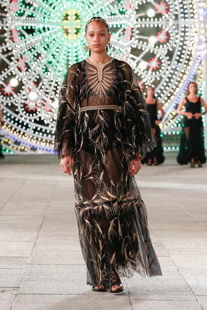 Žena v černých hedvábných šatech Dior