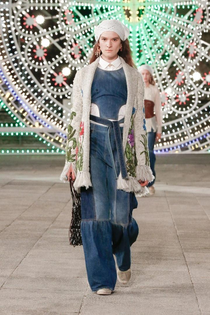 Žena v džínovém modelu Dior