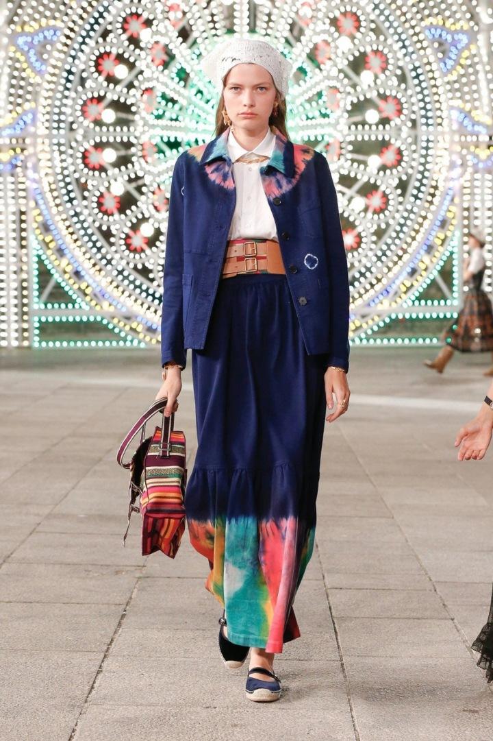 Žena v modrém kostýmku Dior
