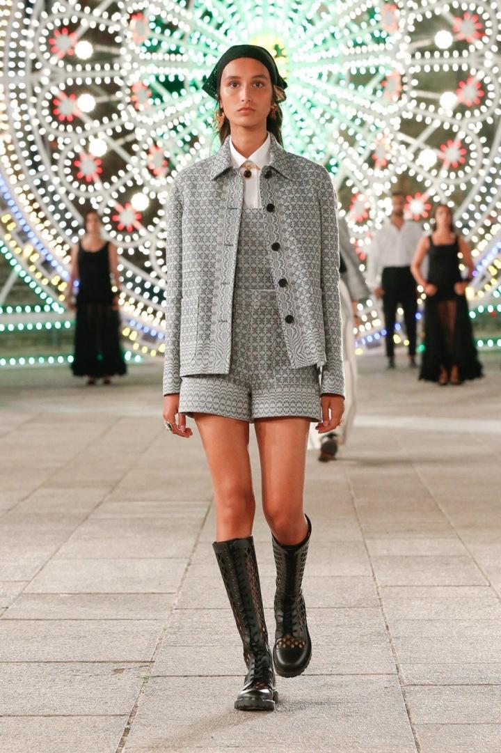 Žena v šedém kostýmku Dior