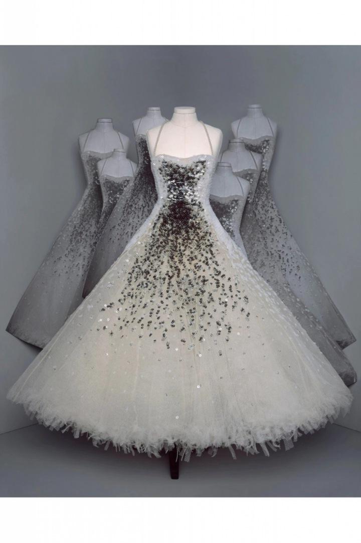 Bílé šaty s flitry z kolekce Dior Fall 2020 Haute Couture