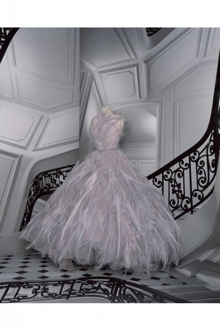 Fialové šaty s peřím z kolekce Dior Fall 2020 Haute Couture