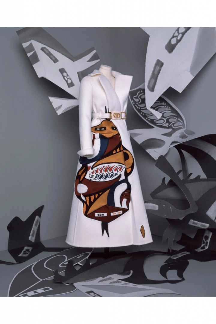 Bílý kabát s motivem z kolekce Dior Fall 2020 Haute Couture