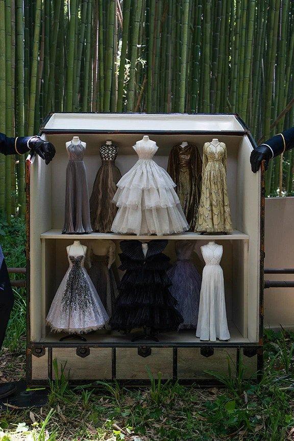 Miniatury šatů Dior v kufru