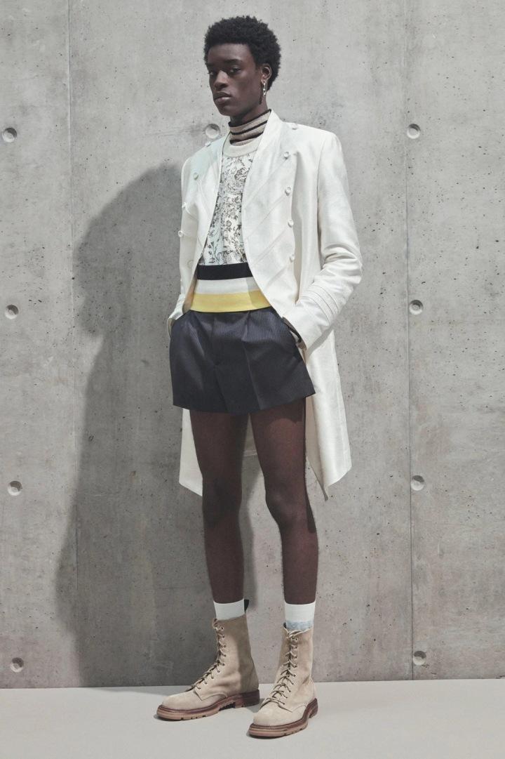 Muž v šortkách a kabátu Dior