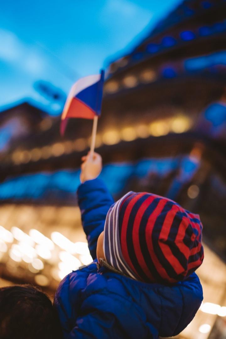 Dítě držící českou vlajku.