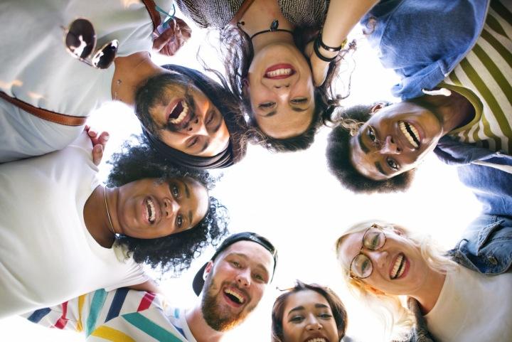 Skupina přátel různých etnických skupin