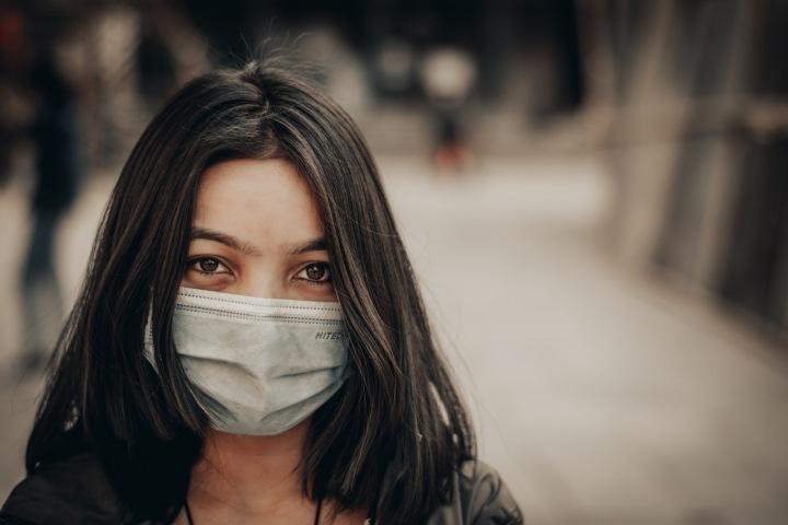 Dívka s rouškou během koronavirové pandemie