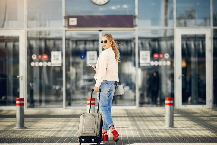 Dívka stojí na letišti