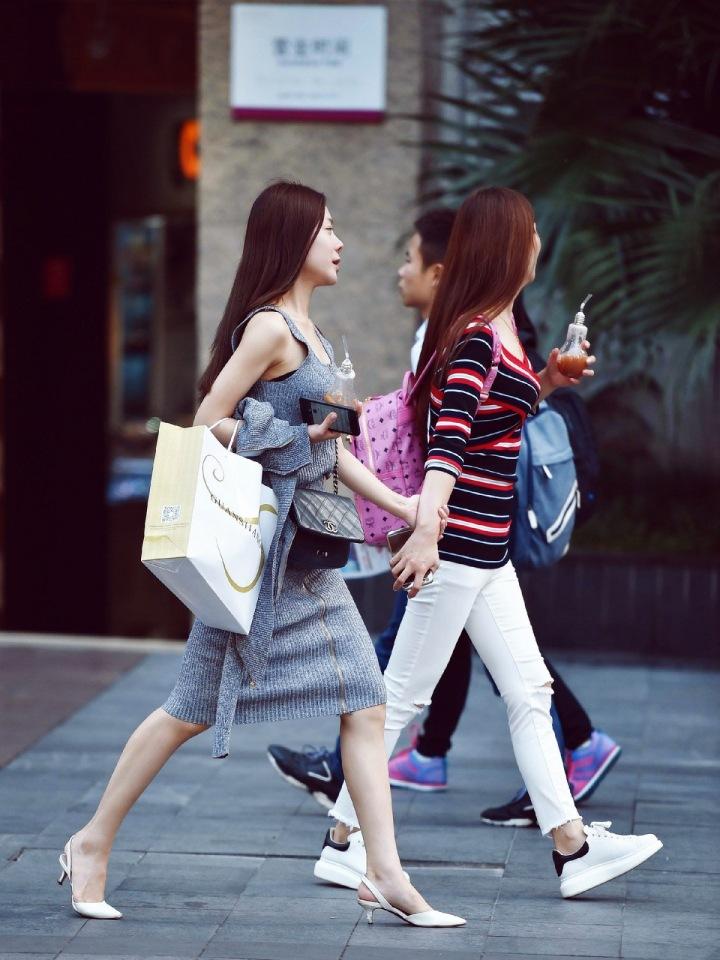 Dívky na ulici při nákupech
