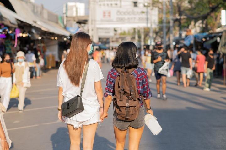 Dvě dívky jdou po ulici.