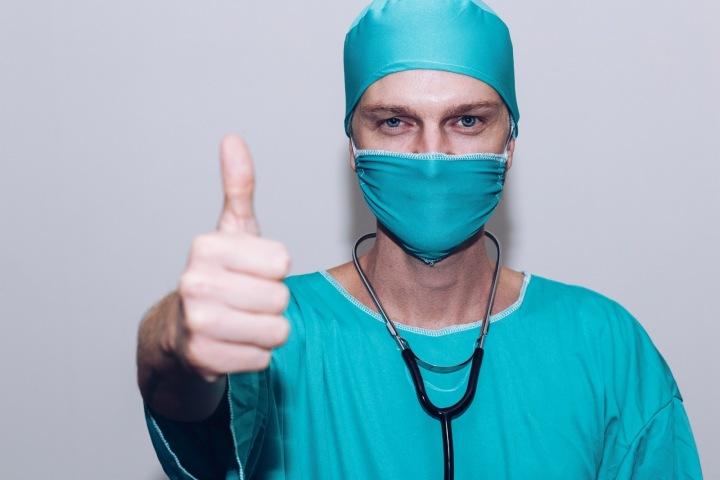 Lékař ukazující palec nahoru