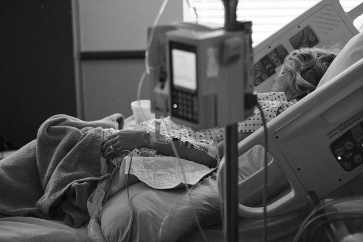 Koronavirus zabíjí pacienty po celém světě.