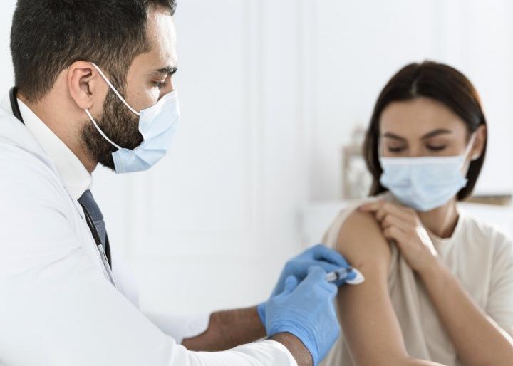 Doktor aplikuje vakcínu.