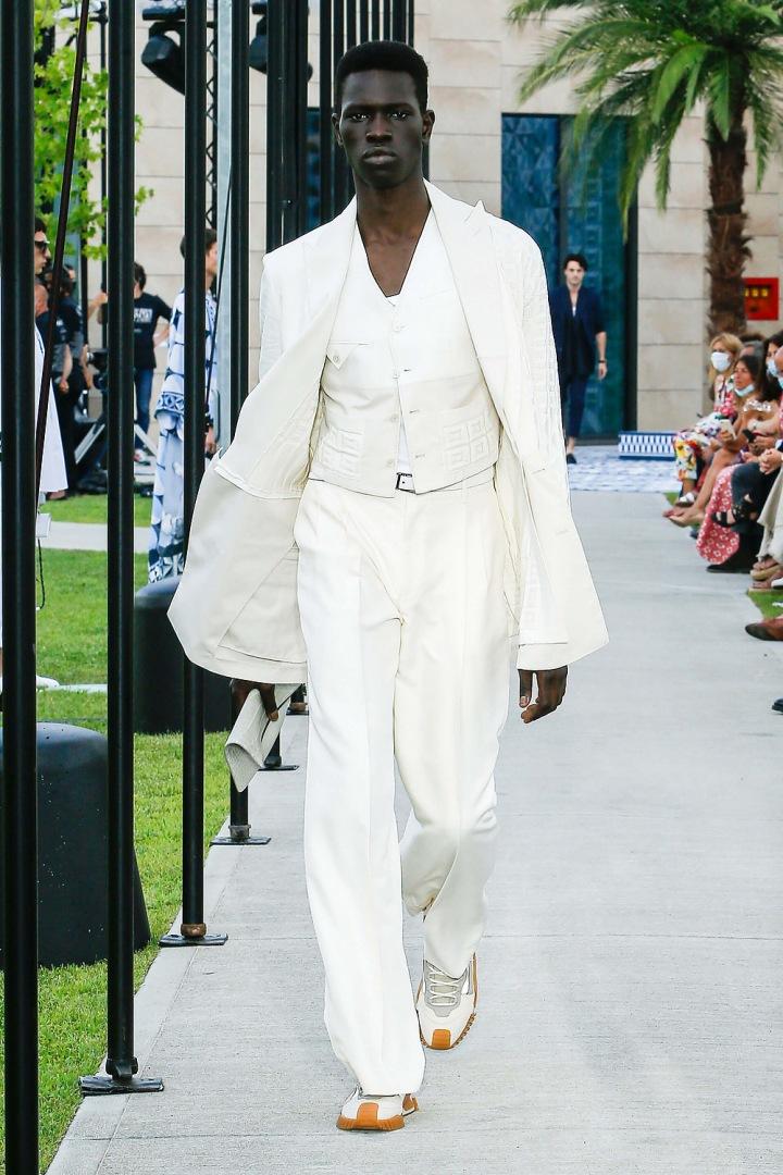 Muž v bílém obleku Dolce & Gabbana
