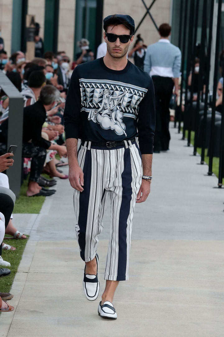 Muž v černo-bílém outfitu Dolce & Gabbana