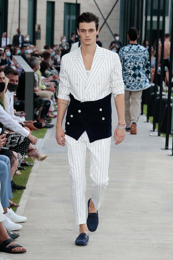 Muž v bílém obleku Dolce & Gabbana Spring Summer 2021