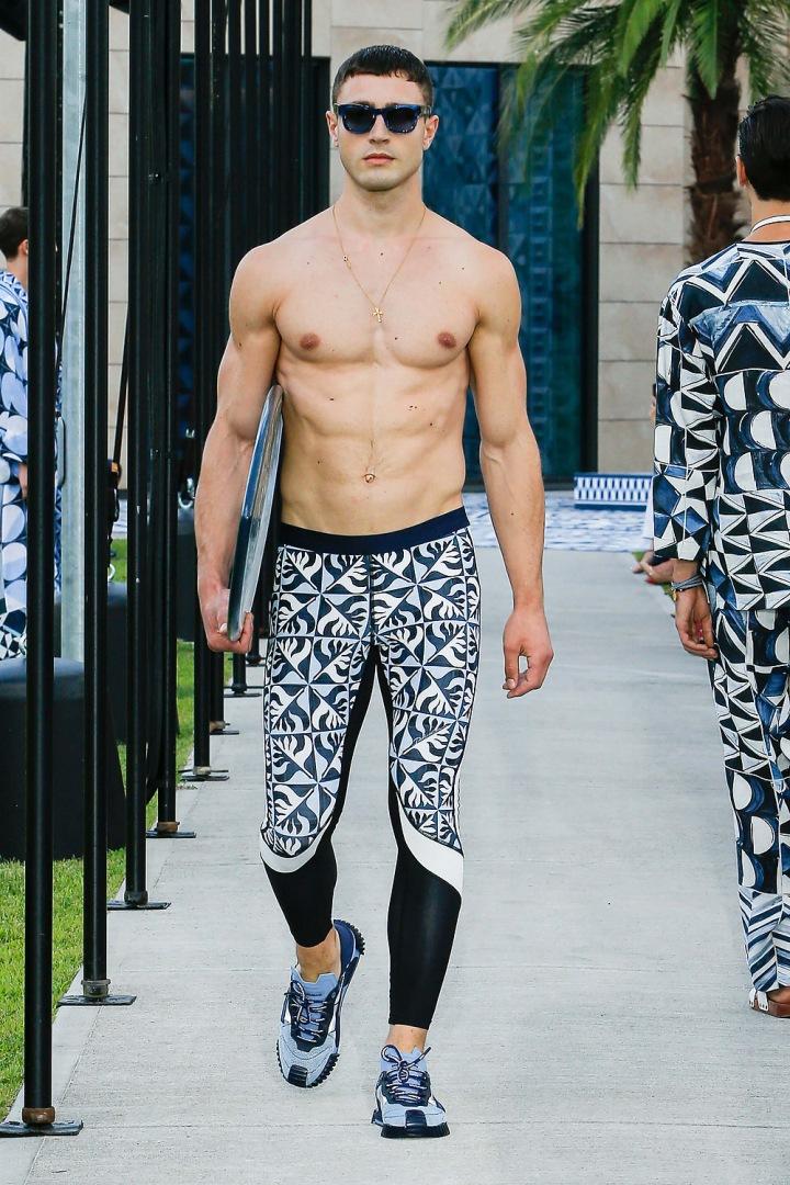 Muž v modrých kalhotách Dolce & Gabbana
